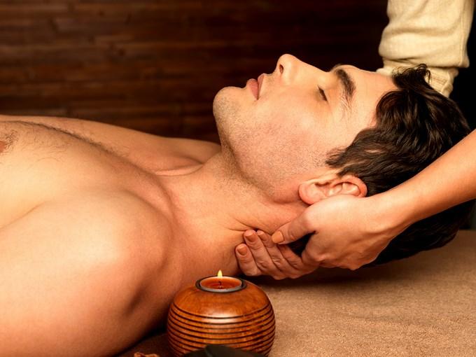 Massage du haut du dos aux huiles relaxantes